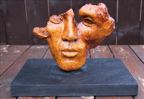 ",""Rozpolcenost"",patinovaný sádrový model na kamenném soklu, r. 2019"